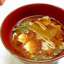 チンゲンサイと豆腐の豚汁