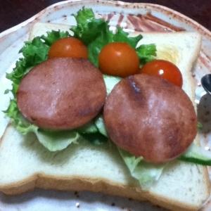 ボロニアソーセージのマーガリン焼きde野菜サンド