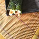 カニカマ、きゅうり、牛肉の巻き寿司