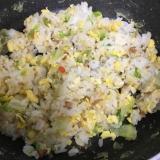 鶏そぼろとレタスの炒飯(^○^)
