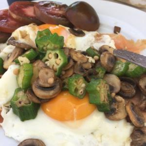 卵とスモークサーモンで簡単ブレックファースト