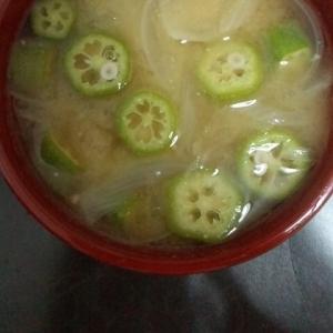 オクラと玉ねぎの味噌汁