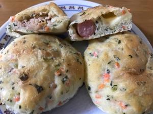小松菜にんじん生地で2種の惣菜パン