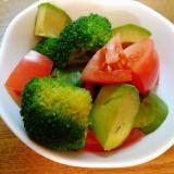 アボカドとブロッコリーとトマトのサラダ