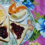 スクランブルエッグとウインナーとトーストと果物☆
