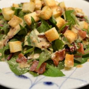 カリカリベーコンとほうれん草のシーザー風サラダ