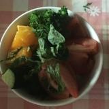大葉、ブロッコリー、トマト、胡瓜、オレンジのサラダ