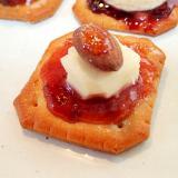 苺ジャムとクリームチーズとアーモンドのクラッカー