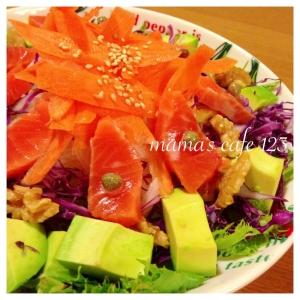 わさび菜が決め手♪サーモンとアボカドの美肌サラダ