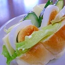 ゆで卵とチーズと野菜のロールサンド