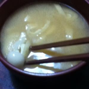 ブナピーと油揚げとキャベツの味噌汁