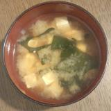 野菜、豆腐、わかめの味噌汁