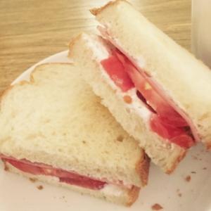 トマトとハムとヨーグルトのサンドイッチ