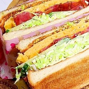 厚焼卵とベーコンとシーザーサラダのサンドイッチ