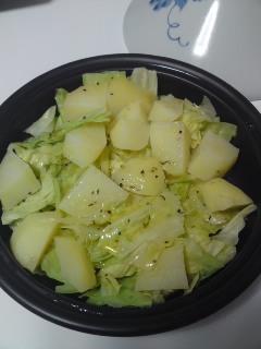 タジン鍋で。ジャガイモとキャベツの温サラダ