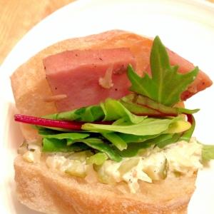 ハムステーキとベビーリーフのサンドイッチ