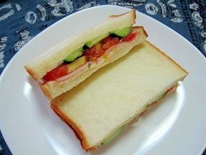 ハムとトマトときゅうりのサンドイッチ