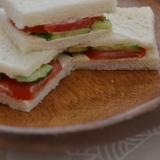 *パンがしっとり♪トマトとキュウリのサンドイッチ*