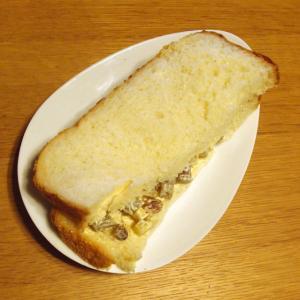 干し芋とレーズンのサンドイッチ