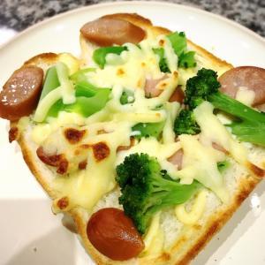 ブロッコリー*ウィンナーのチーズトースト
