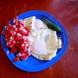 超簡単・目玉焼きとメキシカンサルサ