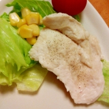 レンジで簡単♪とりむね肉とコーンレタストマトサラダ