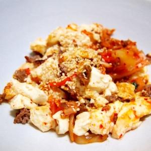 豆腐とキムチとひき肉とザーサイの炒め物