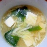 ワカメと豆腐とキャベツの味噌汁