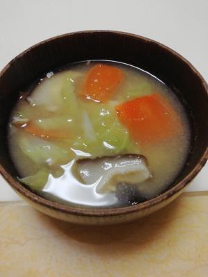 キャベツと人参と椎茸のこうじ味噌汁