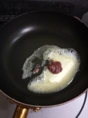 フライパンにバターとしそ梅を入れ、弱火で溶かす