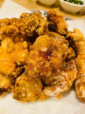 外はパリパリ中は柔らかジューシーな鶏モモ肉の唐揚げ
