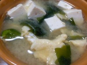豆腐とわかめとたまごの味噌汁