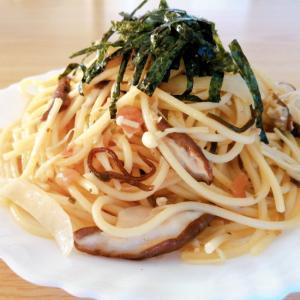 椎茸とえのき茸と玉ねぎの和風パスタ