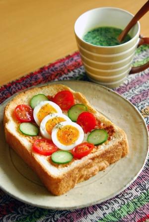 カラフル♪ゆで卵のっけトーストモーニング!