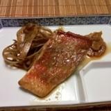 薄切りゴボウも一緒にたく、赤魚の煮付け。
