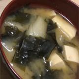 豆腐と玉ねぎとワカメのお味噌汁