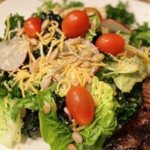 ケールをマッサージ☆ 我が家の栄養たっぷりのサラダ