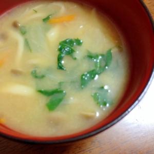 小松菜シメジ人参のお味噌汁