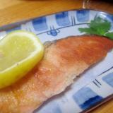 鮭のフライパウダームニエルと檸檬絞りグリル