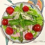 リーフレタス 、枝豆、ロースハム、いちごのサラダ