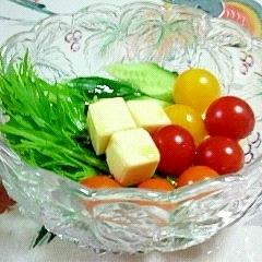 ミニトマトの食べ比べ?キューブチーズ入りのサラダ♪