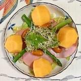 レタス 、ロースハム、スモークチーズ、柿のサラダ