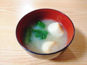 小松菜と玉ねぎと麩の味噌汁
