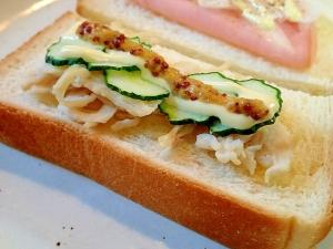 マスタード/マヨで サラダチキンと胡瓜のトースト