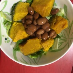 かぼちゃ、レタス、ボーロッティ豆のサラダ