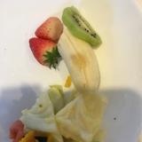 日曜日の朝ご飯果物と野菜の盛り合わせ