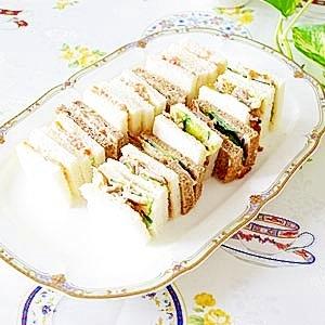 スモークサーモンとチキンのサンドウィッチ