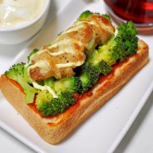 ブロッコリーと鶏から揚げのピザトースト