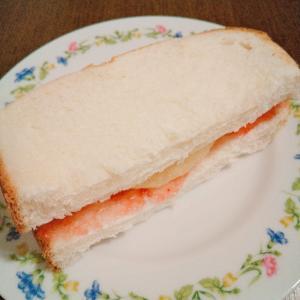 桃とイチゴジャムのサンドイッチ