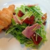 水菜干し柿ハムのサラダとクロワッサンのワンプレート